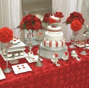 Decoración de mesa de postres en color rojo para xv años