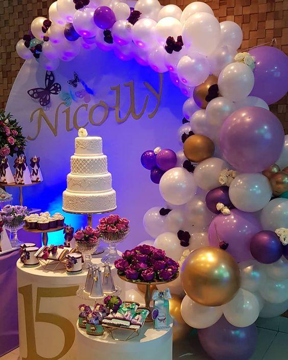 Decoración con globos para la mesa del pastel