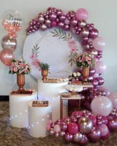 Mesas de dulces para quince años decoradas con globos
