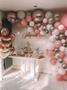 Entradas de quince años decoradas con globos