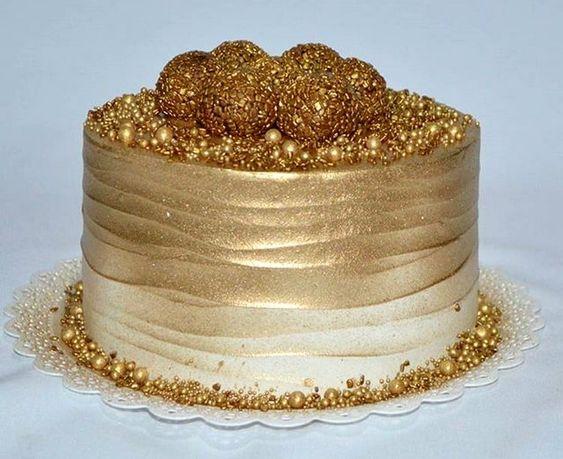 28 diseños de pasteles dorados para xv años