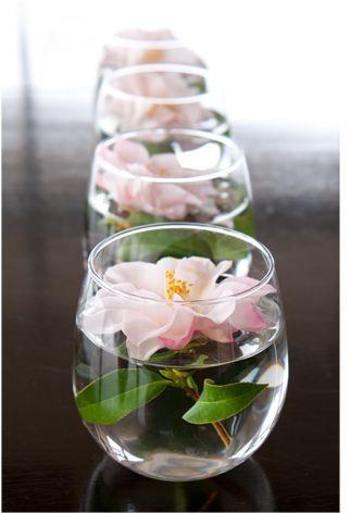 Centros de mesa para 15 años con flores en agua