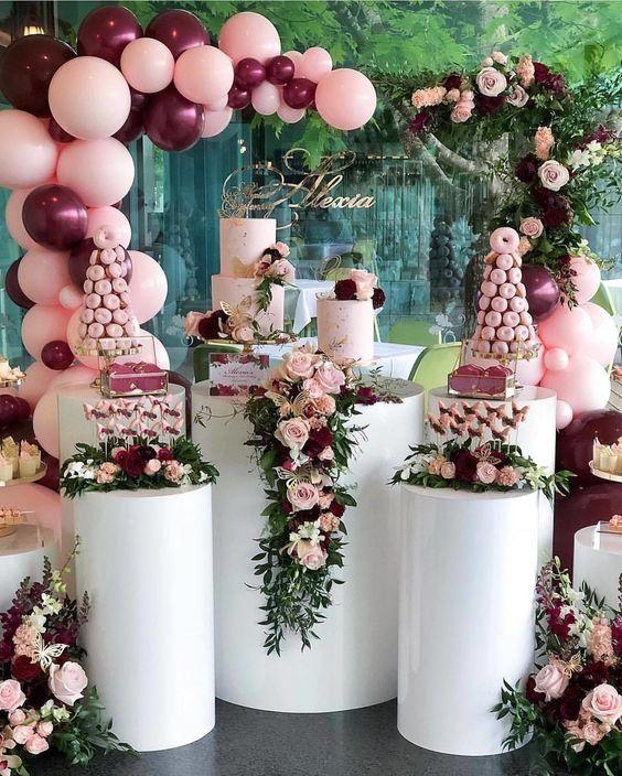 Arcos con flores naturales para la mesa del pastel