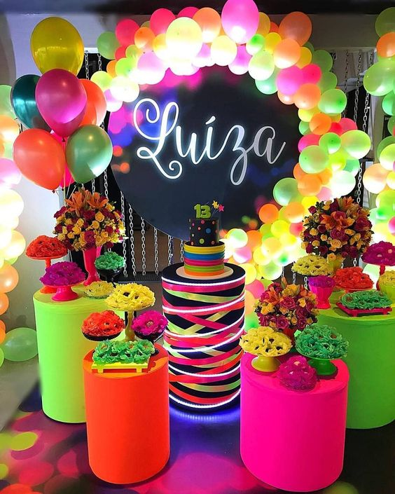 Decoración para 15 años con flores y globos