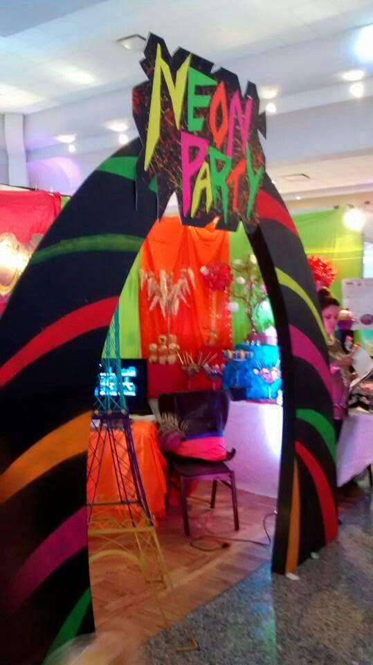 decoracion de la entrada para fiesta neon de 15 anos hombre