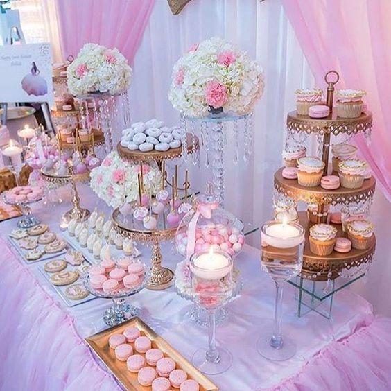 mesa de dulces con cupcakes