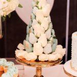 mesa de dulces para quince años con torres de fresa
