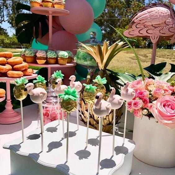 Mesas de postres para quinceañera temática de flamingo