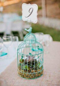 centro de mesa para boda con jaula con suculentas