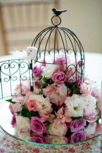 centro de mesa para boda con jaula y flores naturales