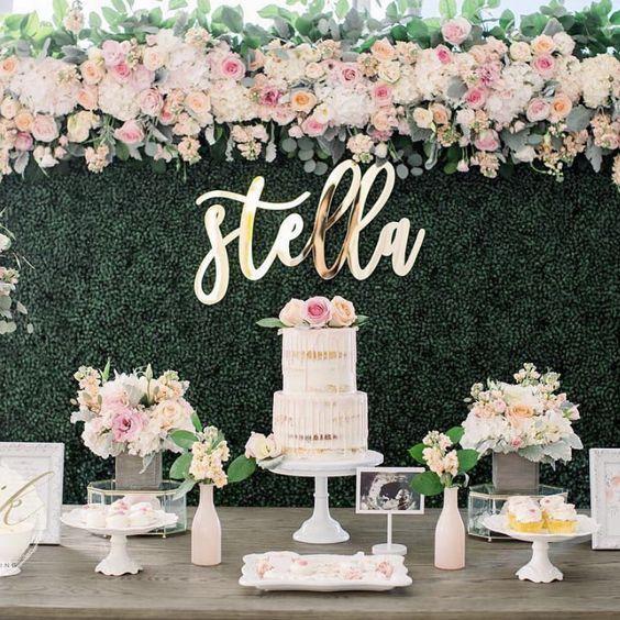 Coloca elementos decorativos a la mesa del pastel