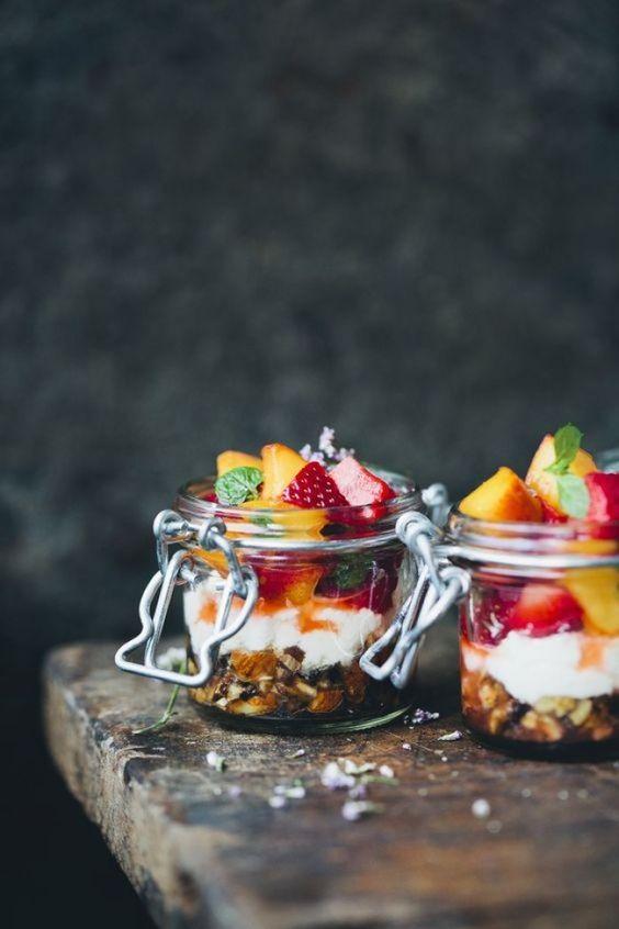 vasos de yogurt granola y fruta para el candy bar