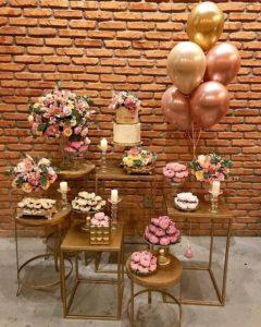 Bases metálicas decorando una Mesa de dulces de 15 años
