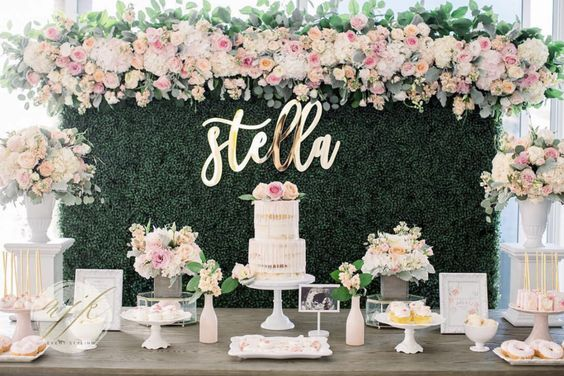 Letreros con corte láser decorando la mesa del pastel