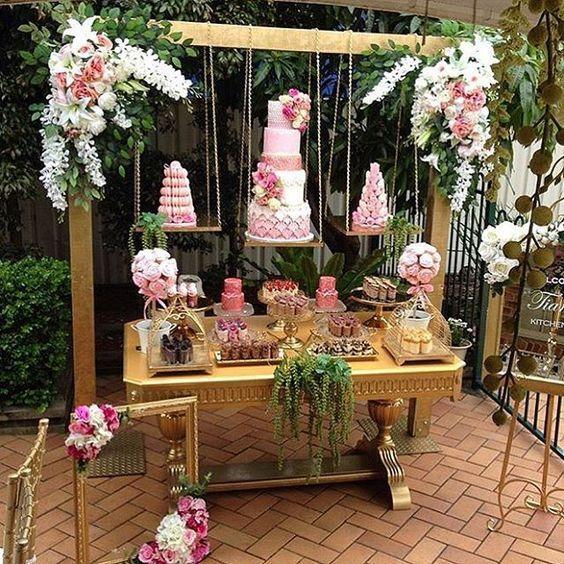 pasteles flotantes decorando la mesa del pastel en unos quince años