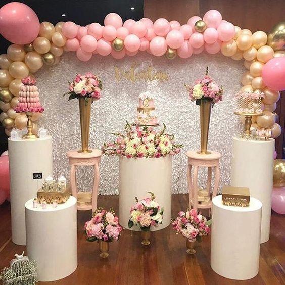 adornos que complementan la decoracion en una mesa del pastel