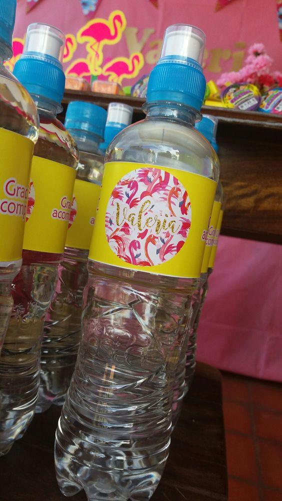 elimina las botellas de agua de la mesa de los invitados
