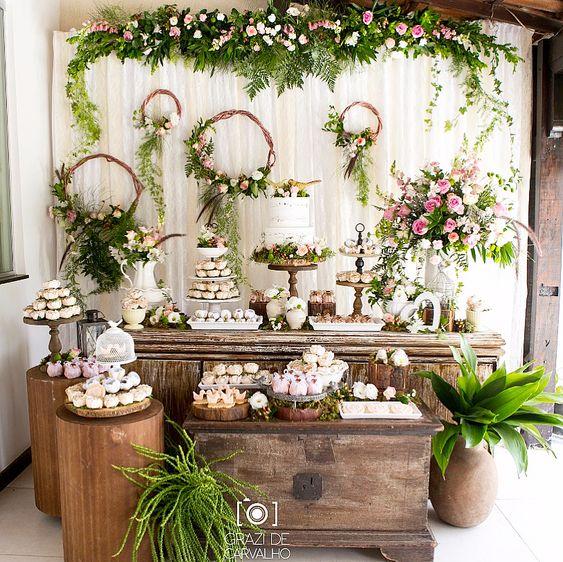 flores naturales destacando la decoracion en unos quince años