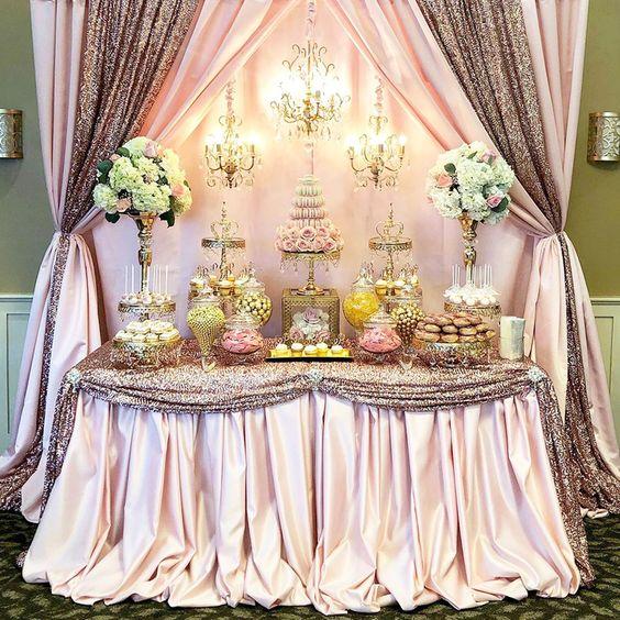 manteles modernos decorando la mesa del pastel de unos xv años