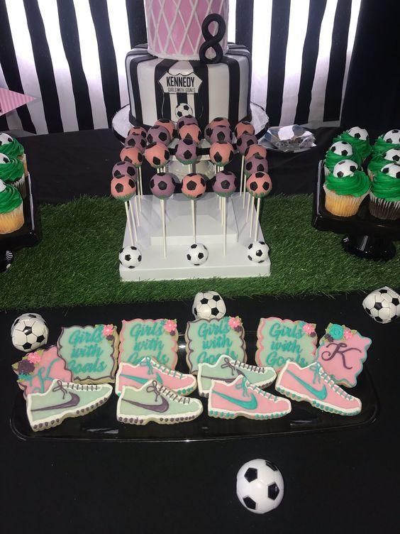 mesa de dulces para unos xv años tematicos de futbol