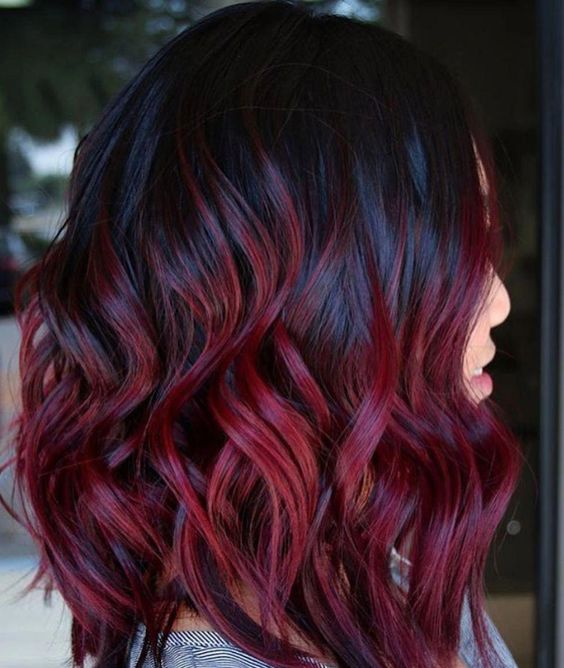 Ideas de como llevar el color cherry wine si tienes el cabello ondulado