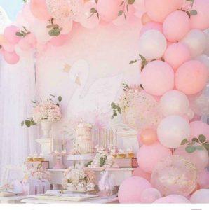 Decoración con globos para 15 años monocromáticos