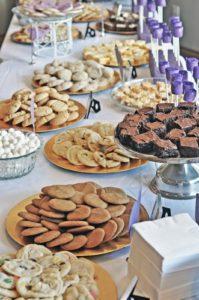 Mesas de dulces para 15 años sencillas con galletas