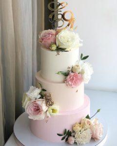 Pasteles sencillos para fiestas de quince años con degradados y flores