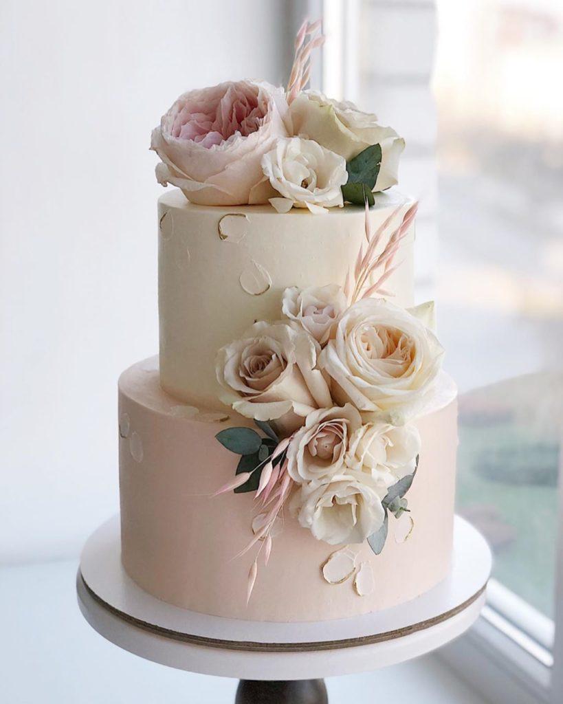 Pasteles sencillos para fiestas de quince años de dos pisos con flores
