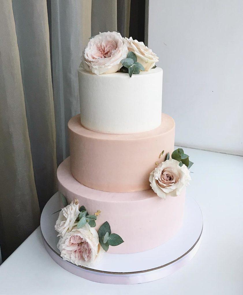 Pasteles sencillos para fiestas de quince años de tres pisos y rosas