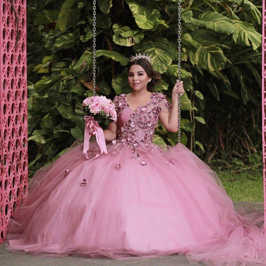 Vestidos para xv años tono rosa blush - con faldilla de encaje voluminoso