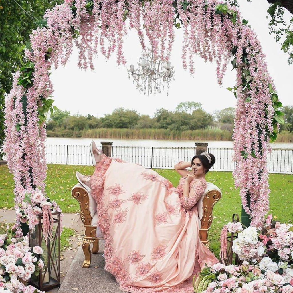 Vestidos para xv años tono rosa milenial - con flores elegantes