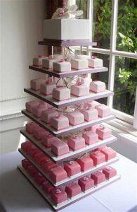Pasteles cuadrados en tonos claros para quinceañeras