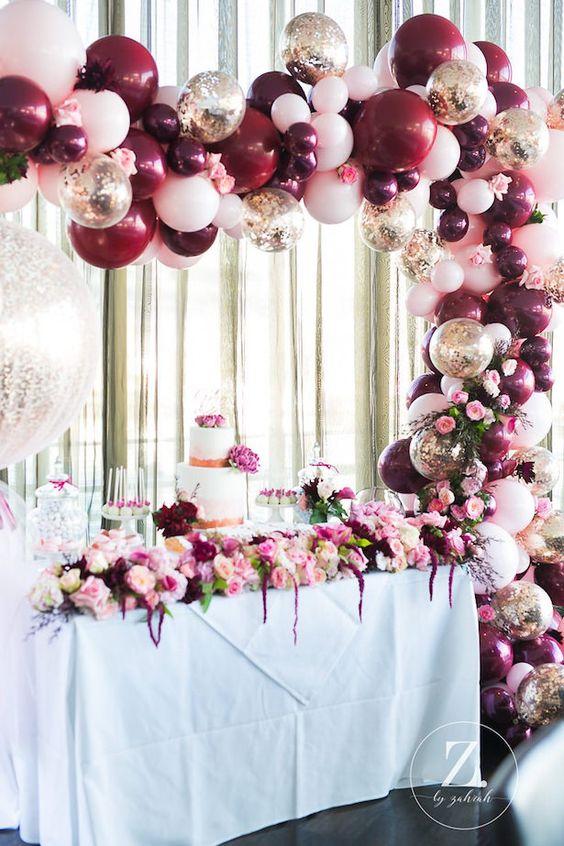 Decoración de la entrada de una fiesta de quince años con globos