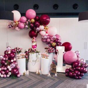 Mesa principal de 15 años decorada con globos